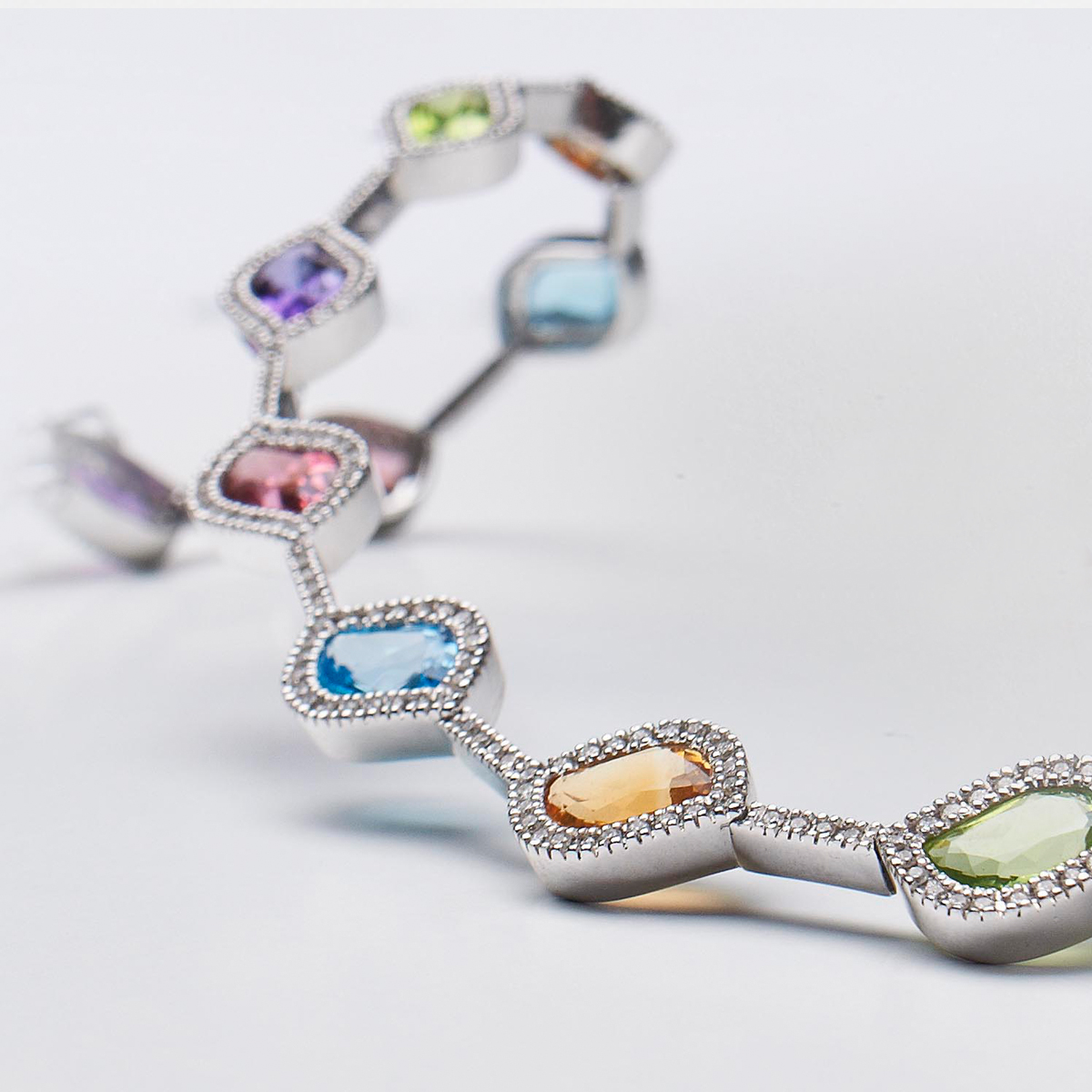 pulsera de piedras de color con diamantes